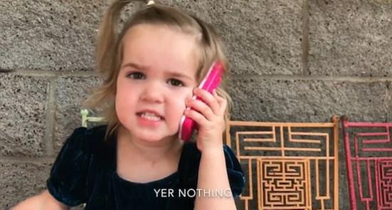"""人小鬼大!美萝莉用玩具电话怒斥""""男友出轨"""""""