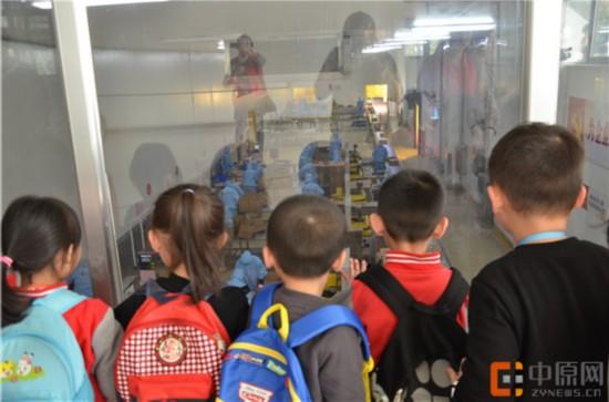 上午,建新街幼儿园的小朋友们来到了花花牛生物科技有限