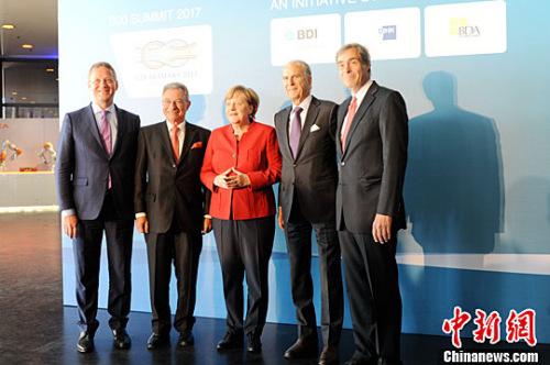 当地时间5月3日,德国总理默克尔(中)出席在柏林举办的二十国集团工商峰会(B20峰会)。<a target='_blank'  data-cke-saved-href='http://www.chinanews.com/' href='http://www.chinanews.com/'><p  align=