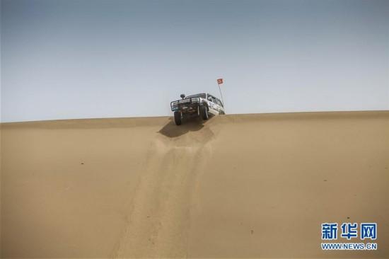 (体育)(1)赛车――新疆且末沙漠汽车越野争霸赛开赛