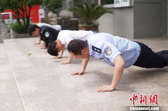 江苏睢宁城管局对不尽责队员罚做俯卧撑