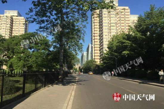今天北京气温飙至30℃空气湿度低炎热感十足