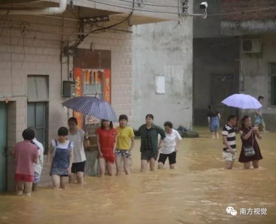 航拍被大水包围的广州