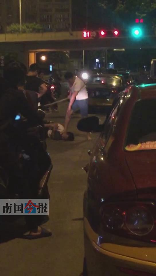 一辆电动车追尾汽车 电动车车手当街被围殴 图高清图片