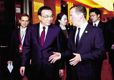 12月14日,李克强和来郑参加上合会议的俄总理梅德韦杰夫交谈。中国政府网发
