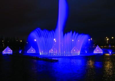连云港新丝路公园喷泉试运行 吸引众多市民观赏