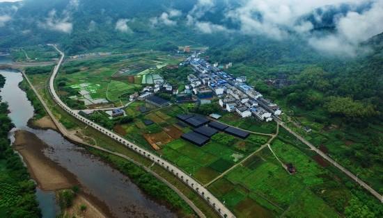 """迈向富裕的""""中国扶贫第一村"""""""