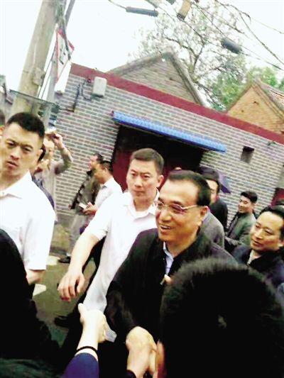 昨日,看到李克强总理从李玉鑫家里走出来,开封市民欢呼起来。 李玉鑫 供图