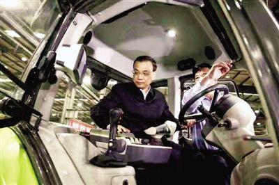 李克强昨日在中联重科工业园登上一辆自主生产的大马力拖拉机。 中国政府网发