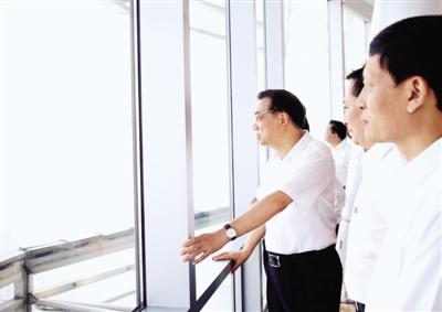 9月25日,李克强登上郑东新区280米千玺广场顶层。 中国政府网发