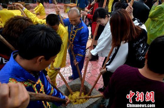 畲族民俗――抖大禾米糍表演。 通讯员 朱桂花 摄