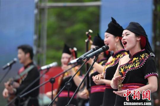 中越民众汇聚广西边城龙州县同歌共舞 欢度传统情人节(图)