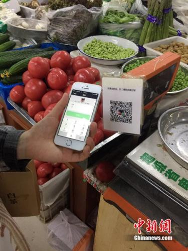 """手机支付渗透生活:周围人都在用 小商贩称不用""""吃亏"""""""