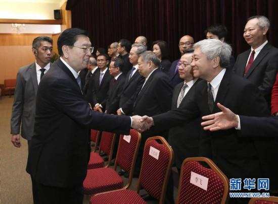 5月9日,全国人大常委会委员长张德江视察澳门特别行政区立法和司法机关。这是张德江在澳门特区立法会与议员握手。 新华社记者 庞兴雷 摄