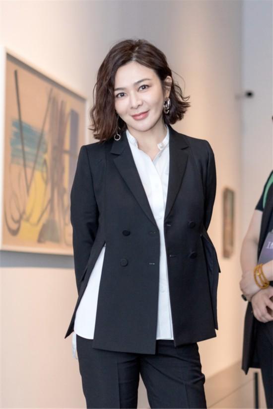关之琳变身女企业家 干练西服装演绎霸道总裁范儿