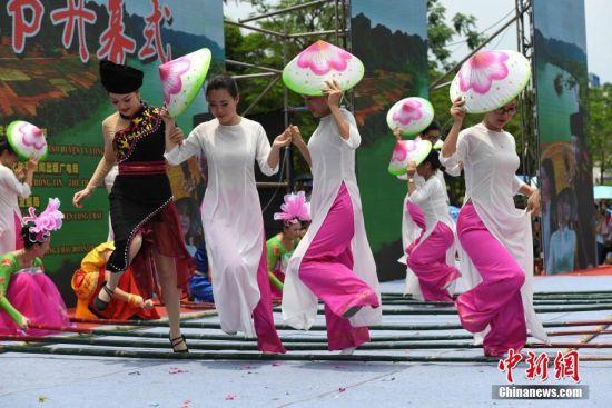 """中越两国民众广西龙州欢度传统""""情人节"""""""