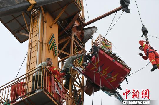 山西太原迎泽公园游乐设施臂杆断裂4人被困半空(图)