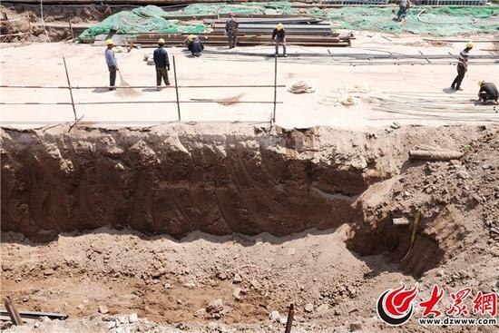 在现场发现疑似古代文物-德州解放南路人防工程现场挖出精美石碑 疑