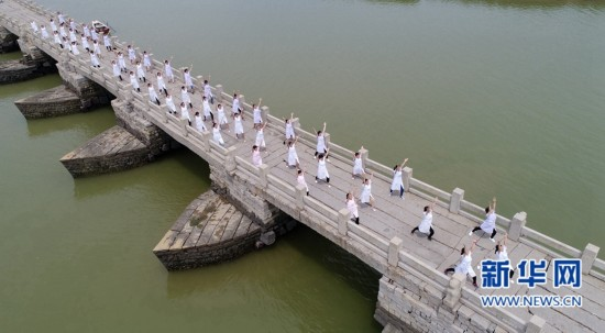 福建泉州医护工作者千年古桥秀瑜伽