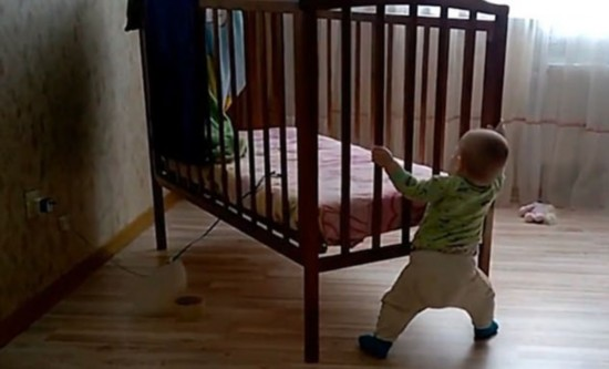 惊呆!10月大男婴独自挪动婴儿床秀超人力量(图)
