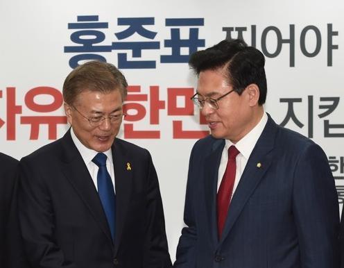 资料图片:文在寅(左)和郑宇泽。(图片来源:韩联社)