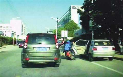 苏州一轿车车门突然打开 男孩被撞遭后车碾压