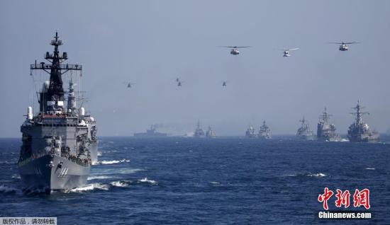 """当地时间10月18日,日本海上自卫队在相模湾正式举行""""观舰式""""。图为日本海上自卫队""""鞍马号""""护卫舰(左前)。"""