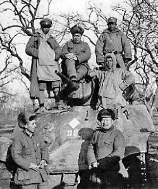 张云逸(前排右一)和陈毅等在淮海战场