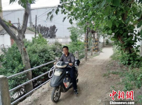 """徐州居民出资修路被""""暂停"""" 城管否认不让修"""