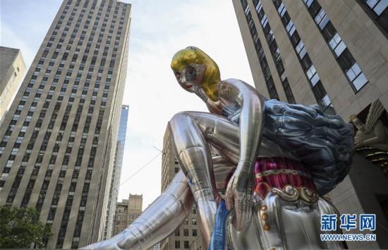 """巨型""""芭蕾舞女""""亮相纽约 引游人驻足观看"""