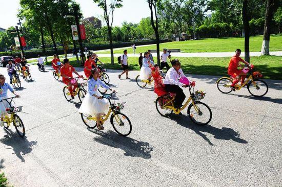 骑浪漫单车娶美丽新娘图片