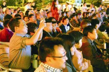 泰州举办室外广场道德讲堂 呼吁大家做文明市民