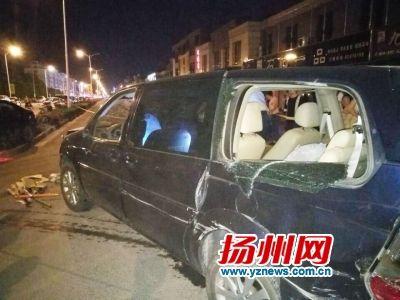 扬州双塘东路有人挥刀砍车 民警搜出数把砍刀