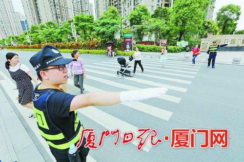 """斑马线会""""眨眼"""" 厦门市首套行人过街警示系统在海沧启用"""