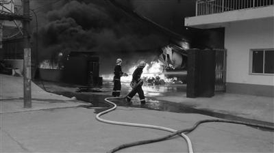 扬州大仪镇一工艺厂发生火灾 无人员伤亡