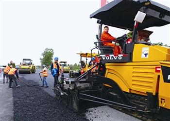 兴泰高速大面积摊铺沥青 9月底前完成施工