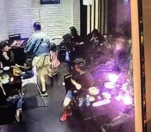 女童饭店叫喊被踹视频曝光 剧情反转?女大学生称只踹了椅子?