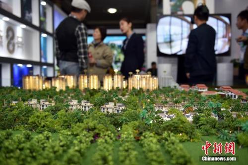 资料图:售楼人员向顾客介绍楼盘。 <a target='_blank'  data-cke-saved-href='http://www.chinanews.com/' href='http://www.chinanews.com/' _fcksavedurl='http://www.chinanews.com/' ></table><p  align=