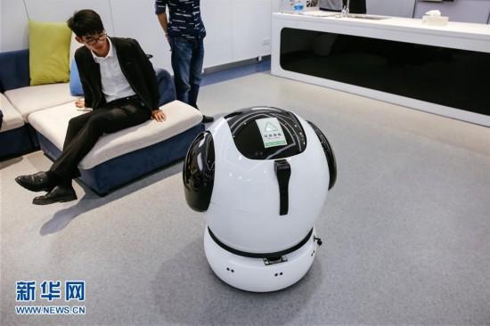 """机器人 带你体验未来""""智能 """"生活"""