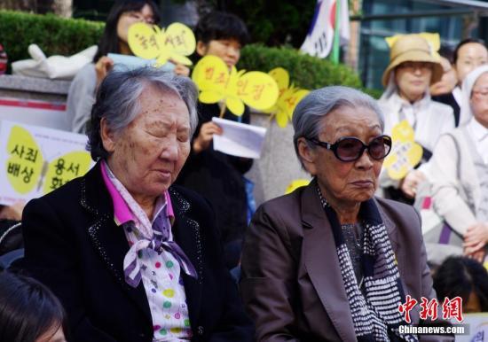 """当地时间10月8日,部分韩国的日军慰安妇受害者及人权问题声援团体""""挺身队问题对策协议会""""在日本驻韩国大使馆前静坐抗议,要求日本政府反省历史并对二战期间日本军队强征慰安妇行为作出正式道歉。图为参加静坐抗议的慰安妇受害者。<a target='_blank'  data-cke-saved-href='http://www.chinanews.com/' href='http://www.chinanews.com/'><p  align="""