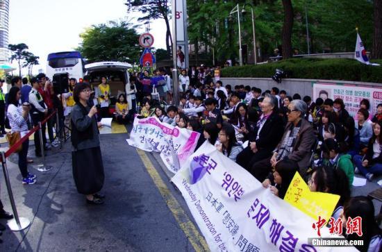 """当地时间10月8日,部分韩国的日军慰安妇受害者及人权问题声援团体""""挺身队问题对策协议会""""在日本驻韩国大使馆前静坐抗议,要求日本政府反省历史并对二战期间日本军队强征慰安妇行为作出正式道歉。<a target='_blank'  data-cke-saved-href='http://www.chinanews.com/' href='http://www.chinanews.com/'><p  align="""
