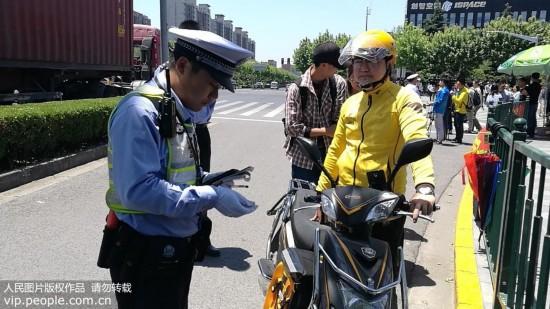 """上海浦东推外卖骑手""""驾驶证"""" 记满12分将做一天志愿者"""
