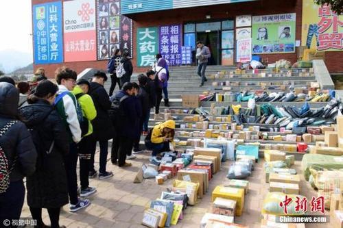 资料图:山东青岛一高校校园内快递点业务量陡增。skd 摄 图片来源:视觉中国