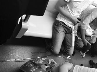 幼童地铁内当众撒尿