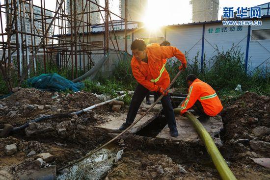 探访淮安掏粪工的一天:5点半开始清理化粪池