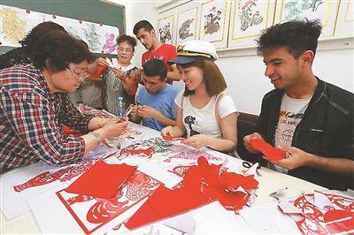 """""""一带一路""""沿线国家青年在连云港交流传统文化"""