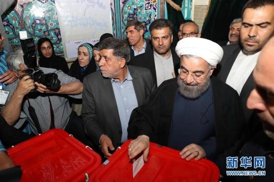5月19日,伊朗现任总统鲁哈尼在首都德黑兰的一处投票站投票. 伊朗