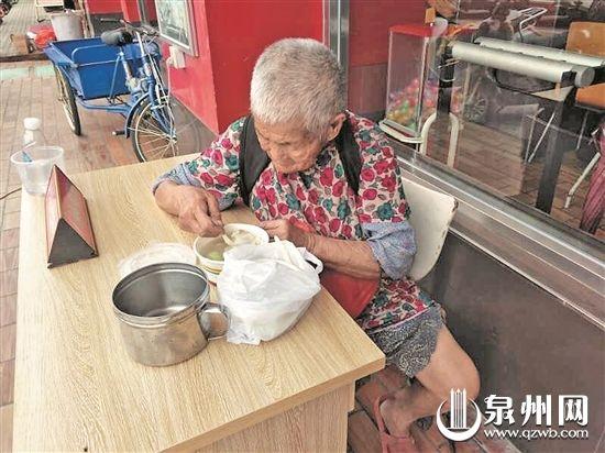 江门两高中生每天为流浪阿婆买饭每顿12元已泉州普通高中职一图片