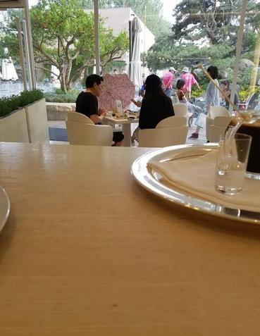 刘亦菲罕见与父母同框 母亲美丽父亲儒雅网友感叹:基因真的好强大!