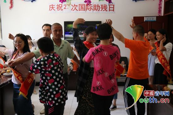 """吐鲁番市团委组织西部计划志愿者走进市阳光家园开展第27个""""全国助残日""""志愿服务活动。"""